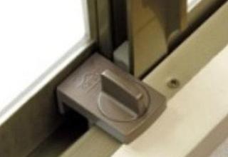 仮入居者の方には無償にて補助錠の貸し出しを行います。